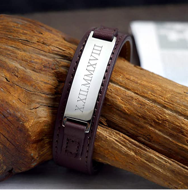 Armband aus Leder mit Edelstahl Plakette und Gravur des Datums in römischen Zahlen